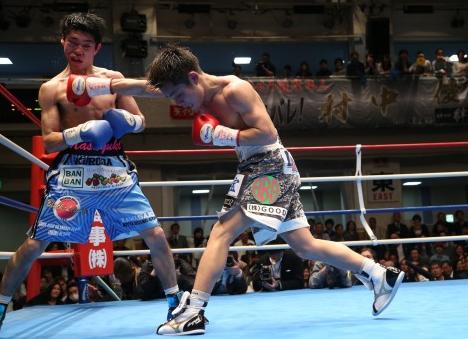 村中が黒田を10回TKO、初防衛成功(ボクシングニュース)