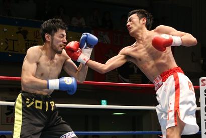 ロバート山本デビュー戦TKO勝ち(ボクシングニュース)