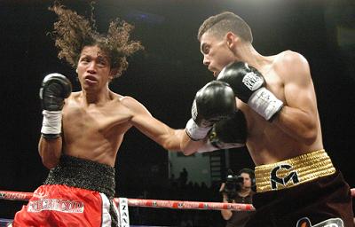 世界王者メンドサ(右)は余裕の2回TKO勝ち